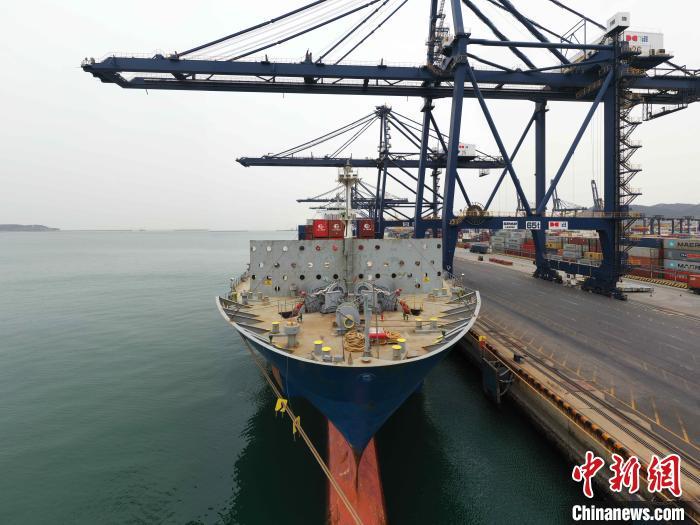 """图为""""克丽缇娜""""轮抵靠大连港集装箱码头14号泊位。 赵光辉 摄"""