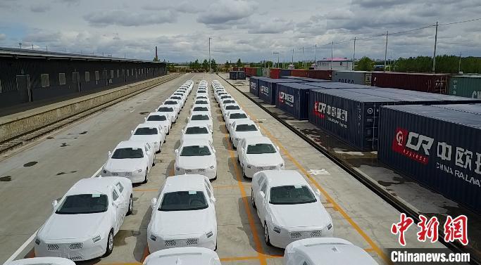 图为准备装车的汽车。哈铁提供